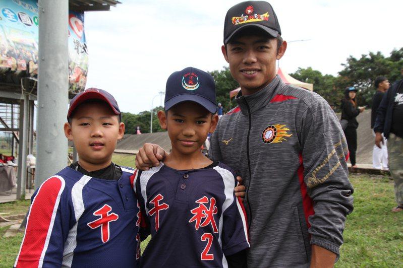 富邦悍將隊申皓瑋(右)與堂弟申皓瑋(中)一同亮相。記者葉姵妤/攝影