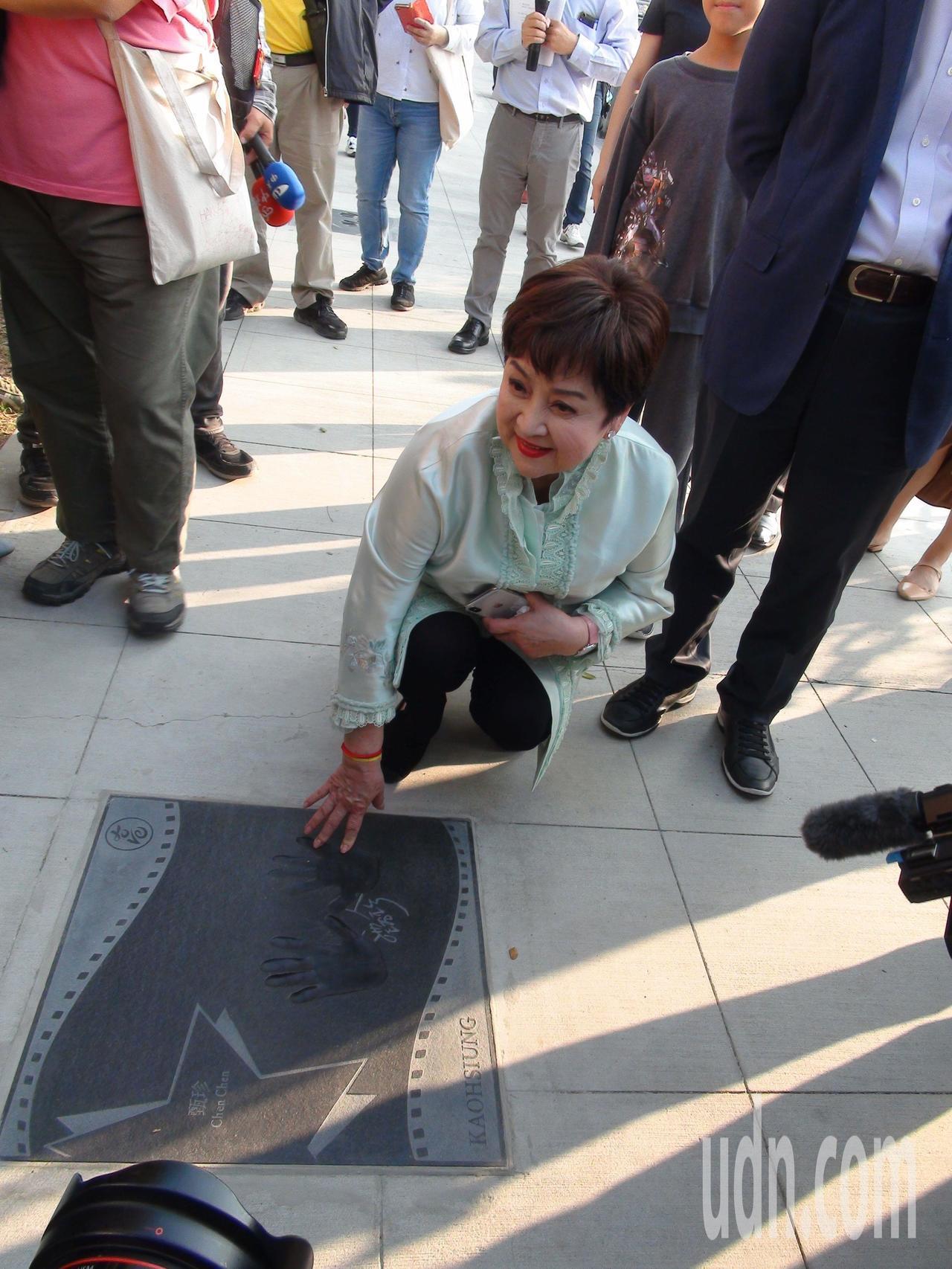 藝人甄珍今天下午在高雄星光大道上看自己留下的手印。記者謝梅芬/攝影