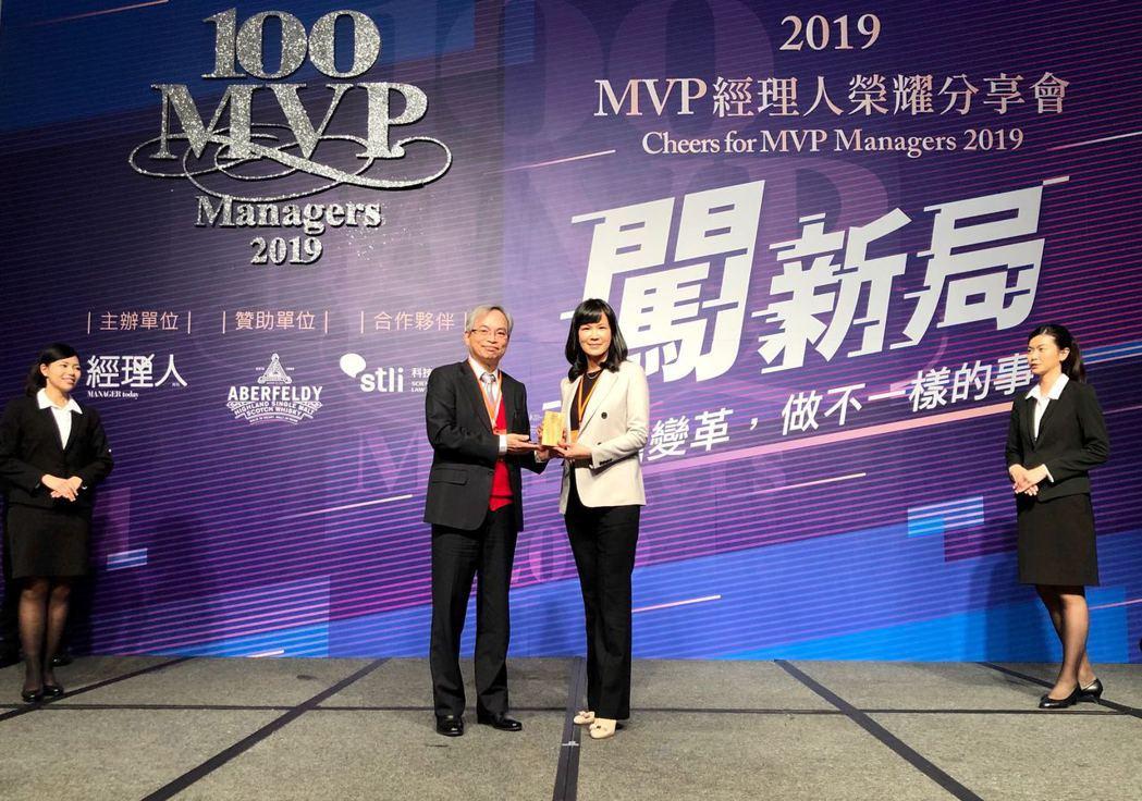 吳佩雯喜獲「台灣百大MVP經理人」殊榮,感謝團隊付出。圖/創業家提供