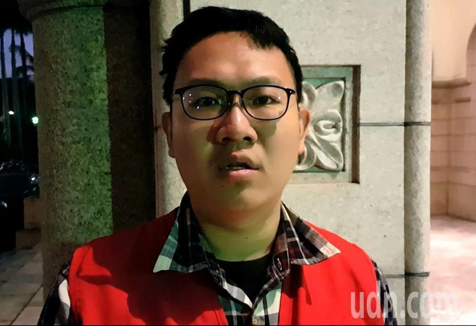消防員工作權益促進會秘書長朱智宇表示,釋憲認定警、消、海巡超時輪值有規範不足之違憲,這是遲來的正義。記者王宏舜/攝影