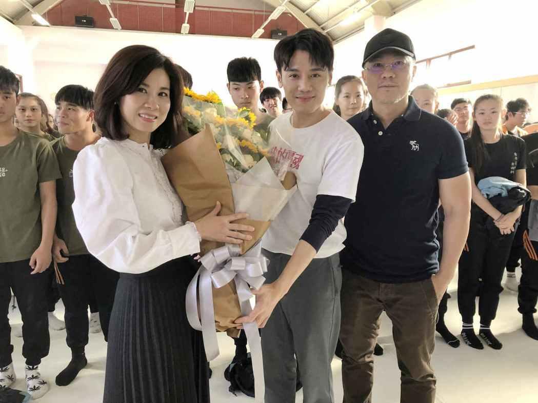 邱志宇(中)為「我的靈魂是愛做的」返回拍片學校宣傳。圖/海鵬提供