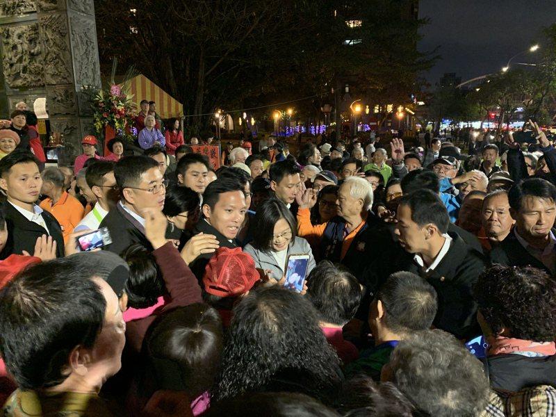 蔡英文總統今傍晚至板橋深丘福德宮參香拜票。記者魏翊庭/攝影