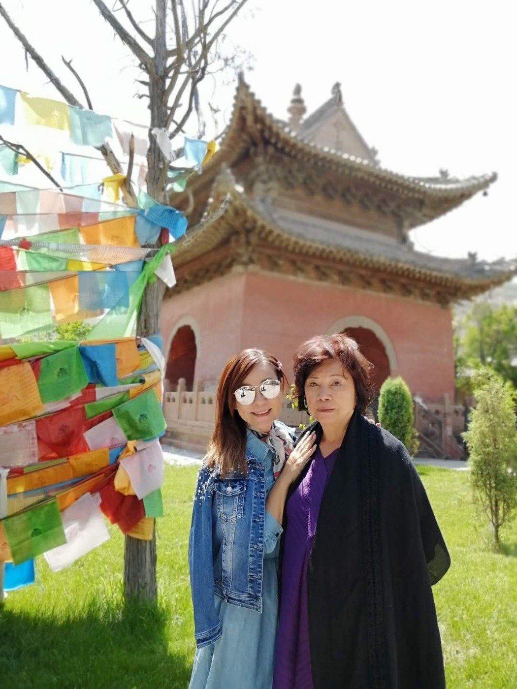 龍千玉(左)跟媽媽同住,常四處遊山玩水。圖/豪記提供