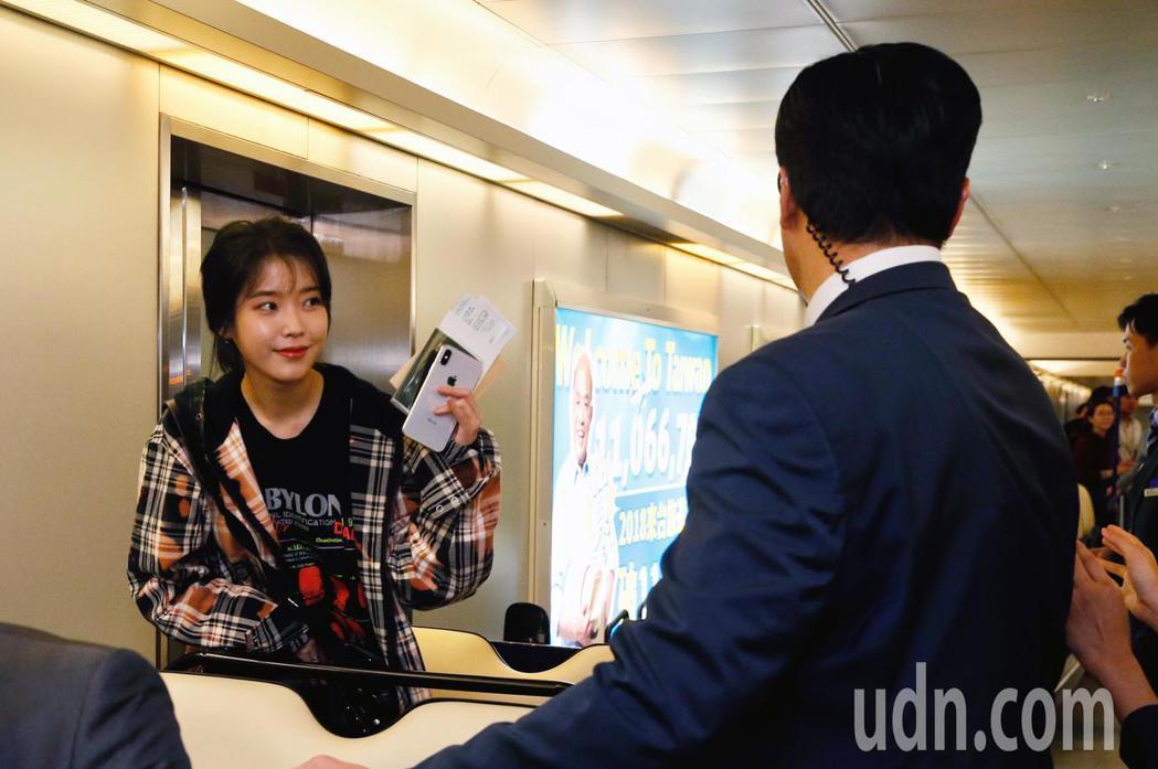 韓星IU李知恩傍晚抵台,管制區內有約17名粉絲在閘口等候。記者鄭超文/攝影