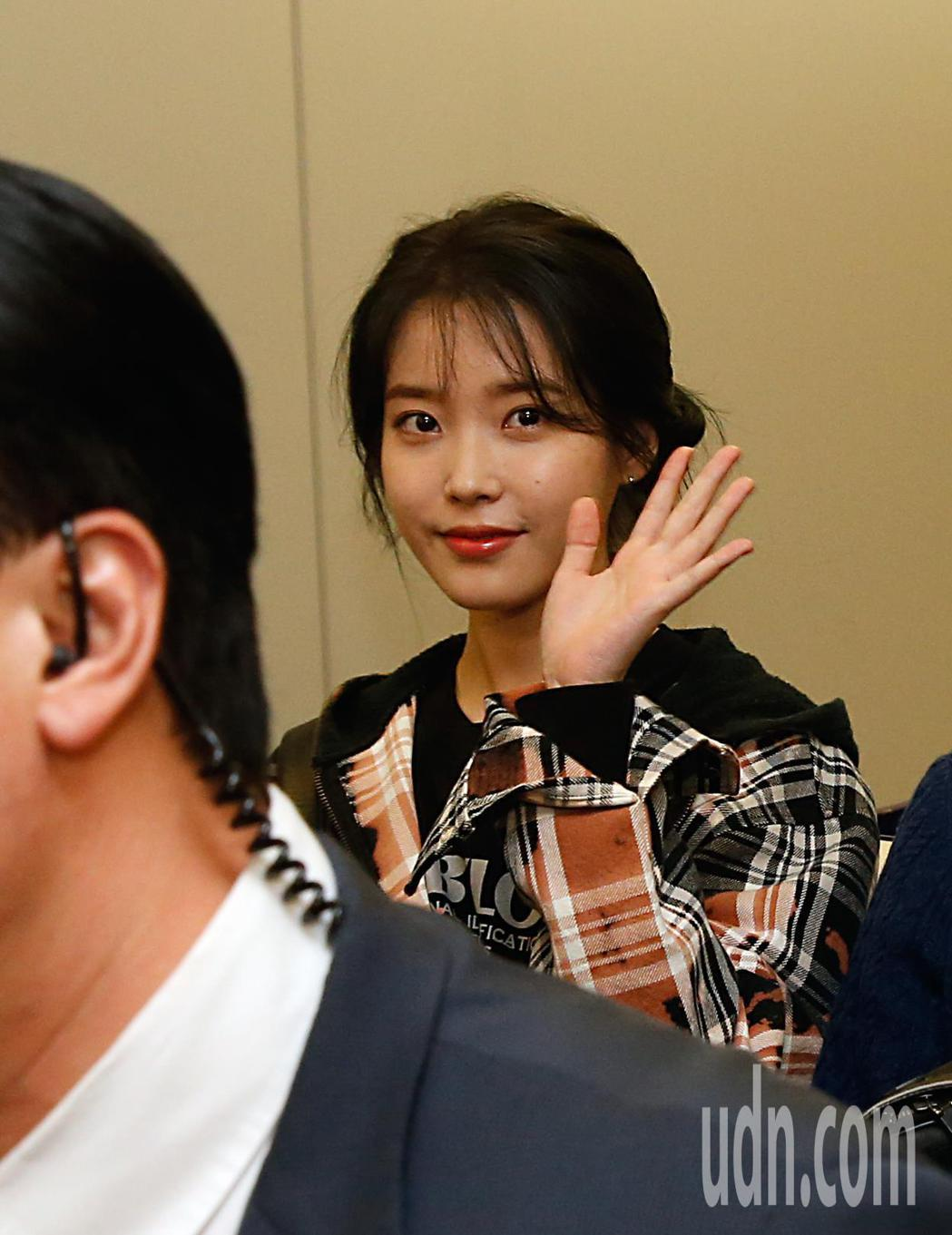 韓星IU李知恩傍晚抵台,她親切地向粉絲揮手致意。記者鄭超文/攝影