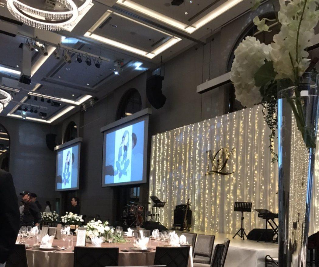 毛加恩婚禮上佈置浪漫燈飾。圖/讀者提供
