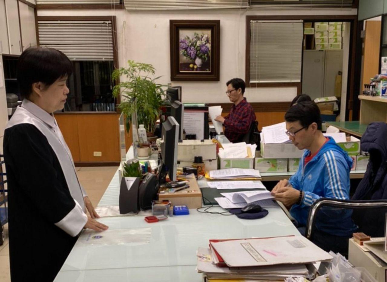 沈智慧競總律師團楊玉珍律師(左)代表沈智慧今天向台中地檢署按鈴遞狀,控告民進黨團...