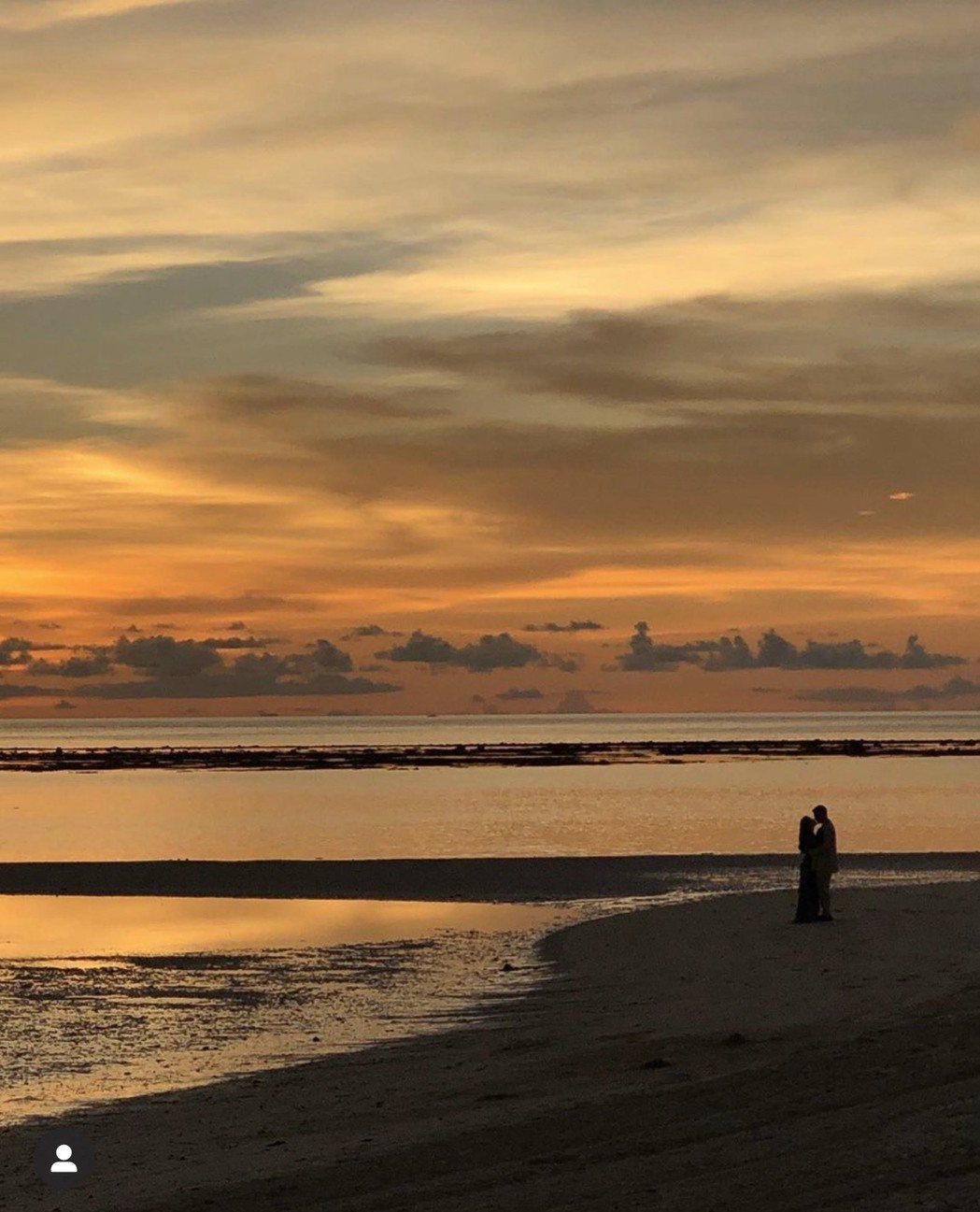 高以翔和女友Bella海灘擁吻。圖/摘自IG