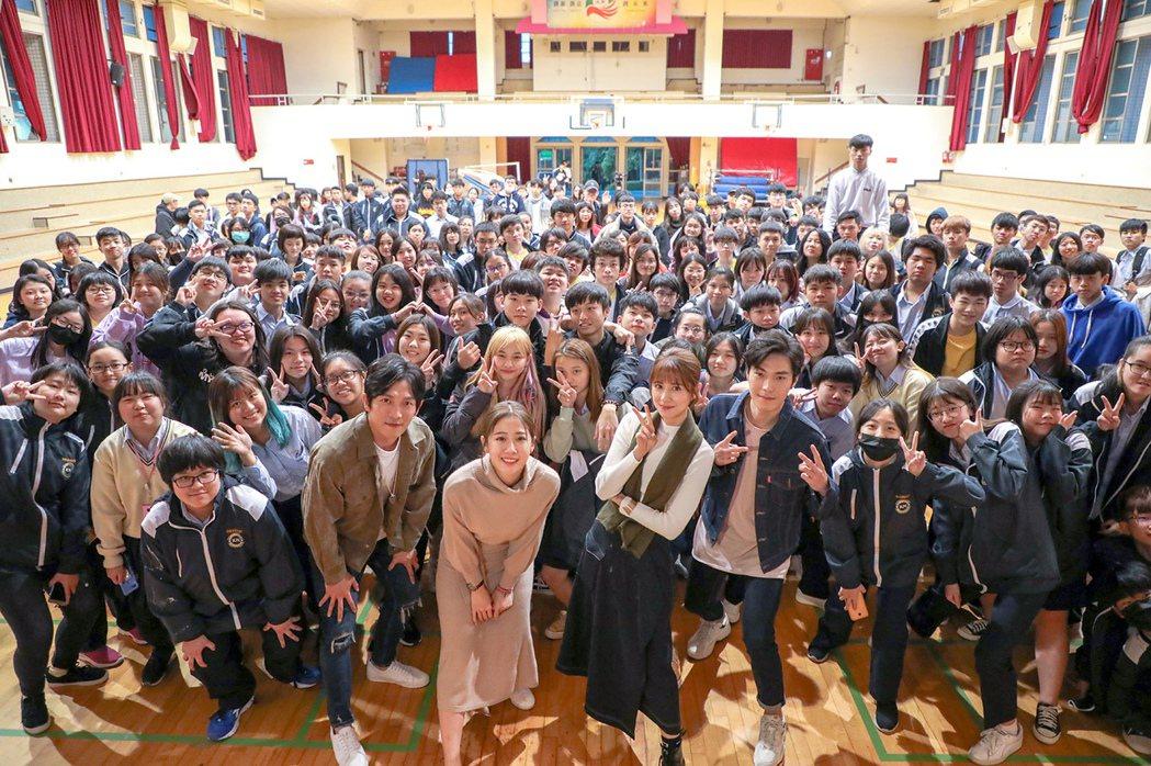唐振剛(右起)、林予晞、方志友、黃尚禾前進康寧大學為戲宣傳。圖/TVBS提供