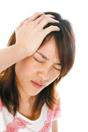 女性偏頭痛盛行率多於男性,且好發於經期期間。本報資料照片