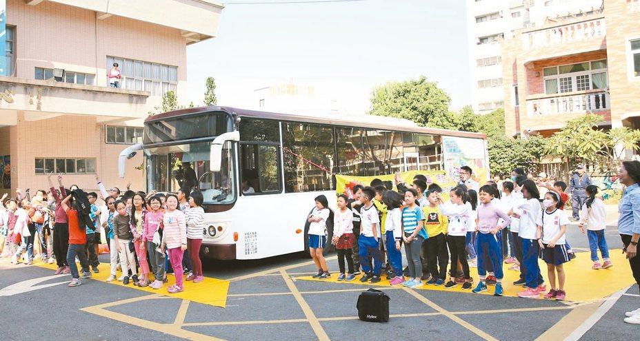 台南市警察局昨天到新營區新進國小宣導「內輪差」危險性。 圖/市議員李宗翰提供