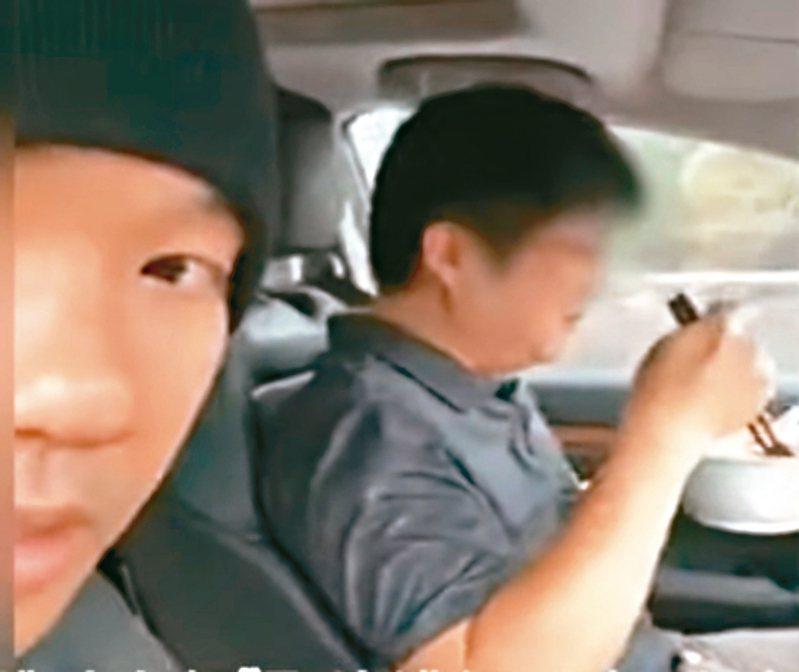 黑人陳建州(左)體驗自駕車,在車上自拍與友人開車吃麵,遭人檢舉涉危險駕駛。 圖/截取自YouTube