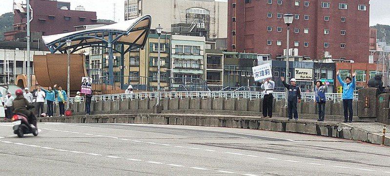 國民黨、民進黨立委參選人宋瑋莉、蔡適應2人與支持者一同站在喜豬橋左右兩側拉票。記者游明煌/攝影