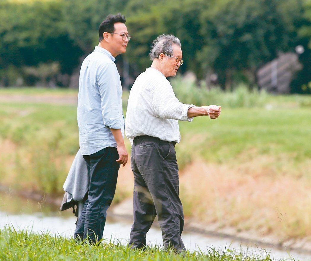 黃國珍(左)與父親黃春明,在熟悉的土地上回憶父子間的點滴。圖/林澔一攝影