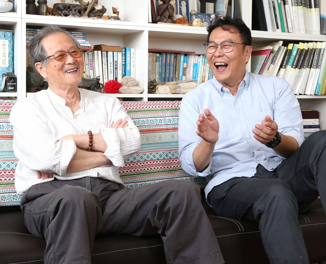 黃國珍(右)直到國中才發現爸爸黃春明是知名作家,讓他有好長時間活在爸爸巨大形象底...