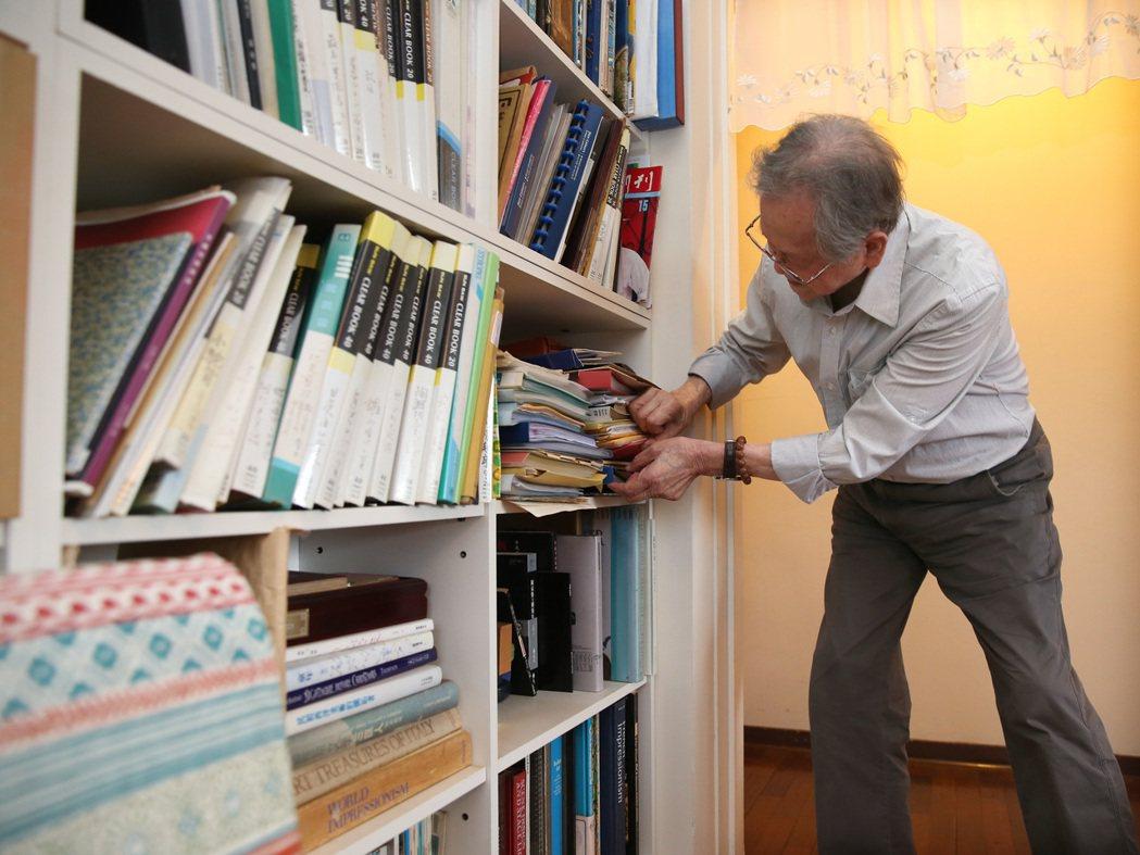 作家黃春明書房內,關於兒子成長過程中的作品、信件都能信手捻來。圖/林澔一攝影