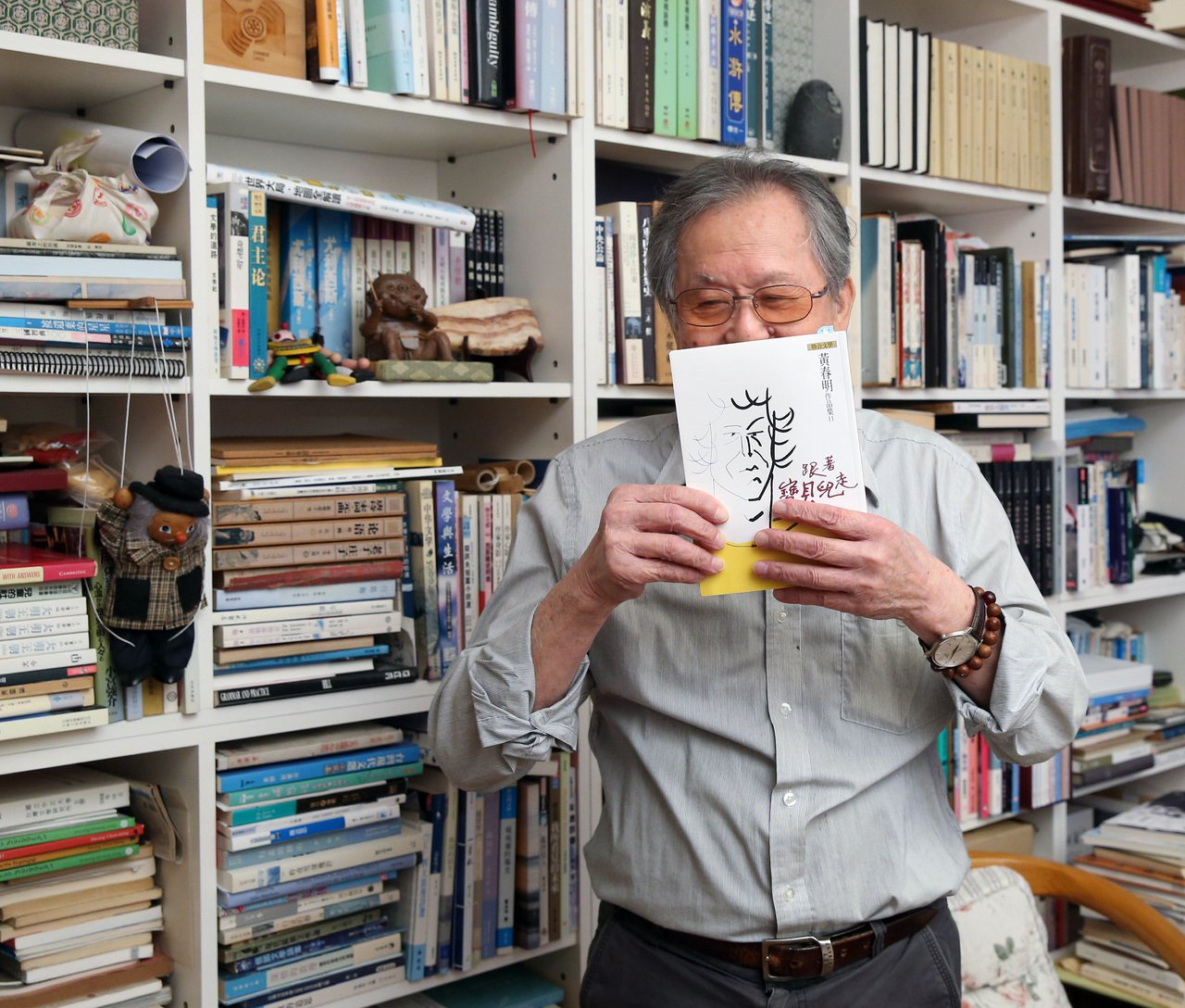 作家黃春明與新書《跟著寶貝兒走》。圖/林澔一攝影