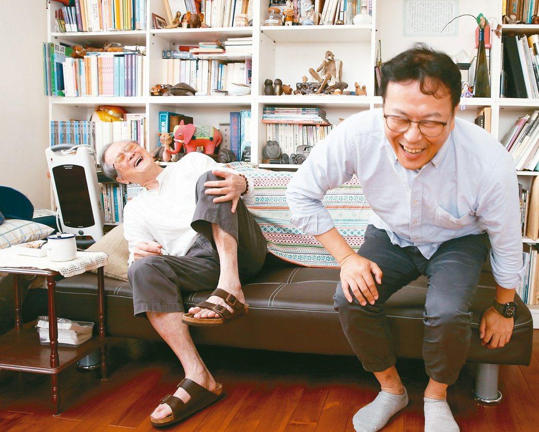 黃春明(左)說孫子告訴他已經把寫有情色的新書《跟著寶貝兒走》看完,和黃國珍兩人笑...