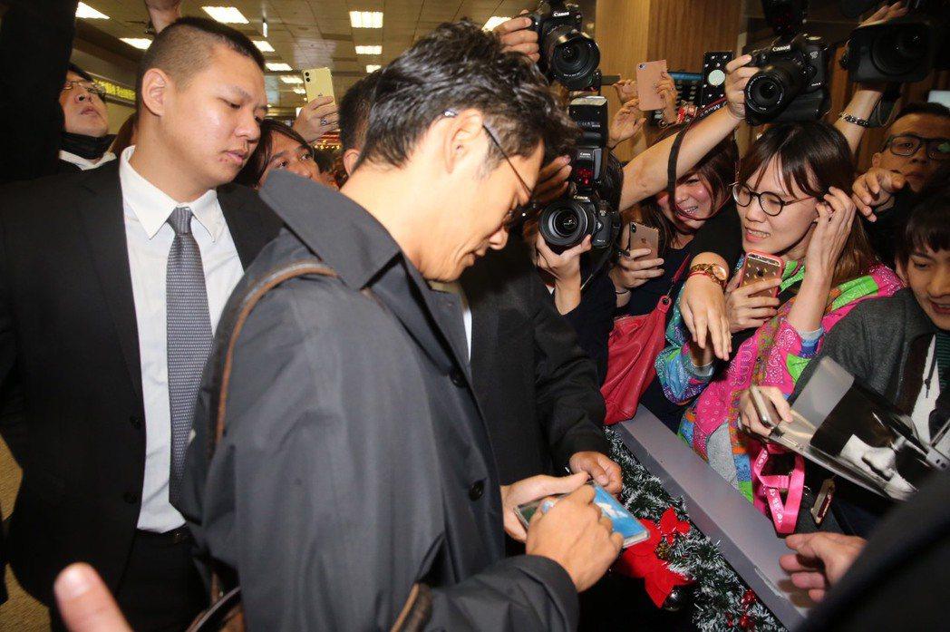 反町隆史在松山機場親切為粉絲簽名。記者徐兆玄/攝影