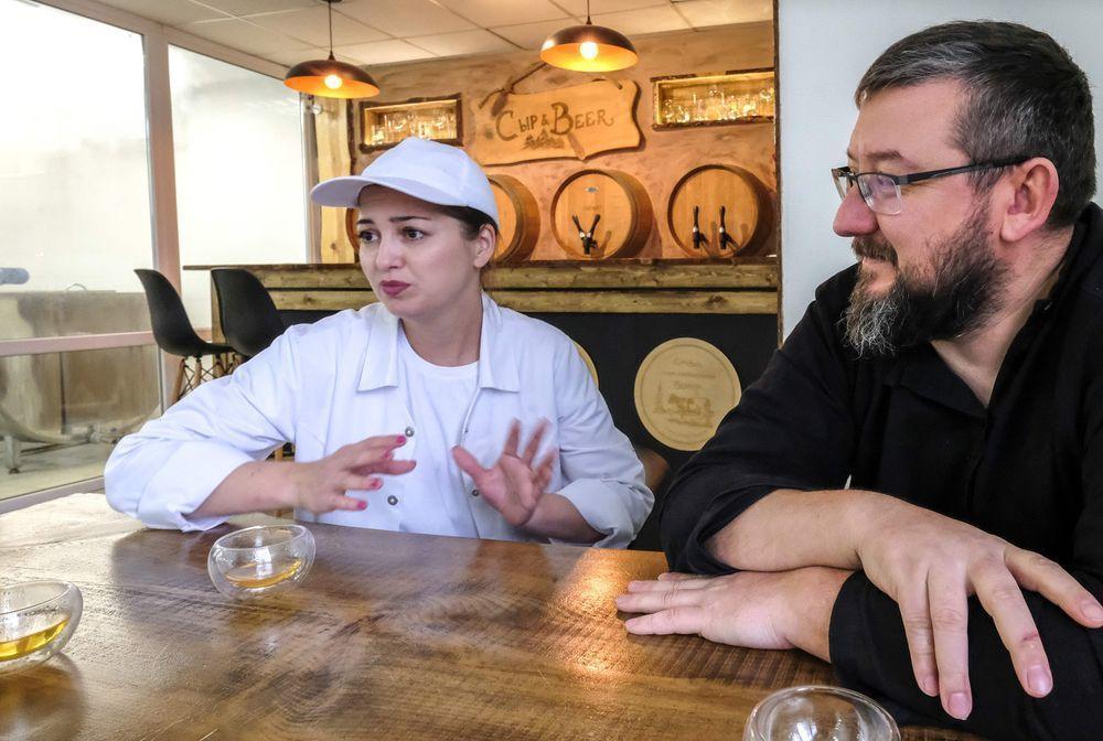 科夫通夫婦在自家乳製品工廠接受法新社訪問,談論從事這一行的心路歷程。(法新社)