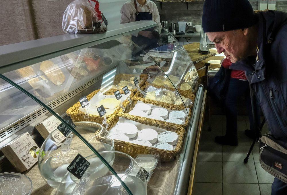 客人正在科夫通夫婦開設的「乳酪和啤酒」乳製品店面選購乳酪。(法新社)