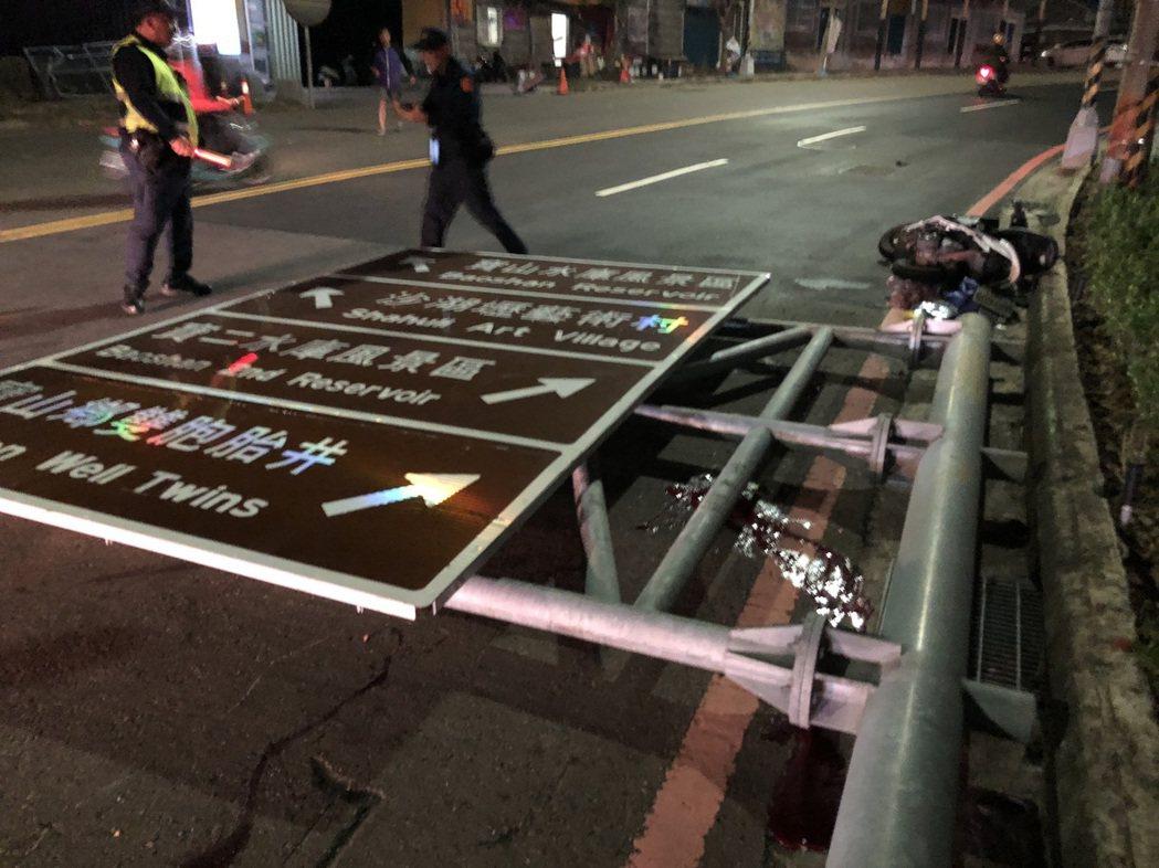 新竹縣寶山鄉25日晚間發生騎士被路牌砸死的意外。記者郭政芬/翻攝