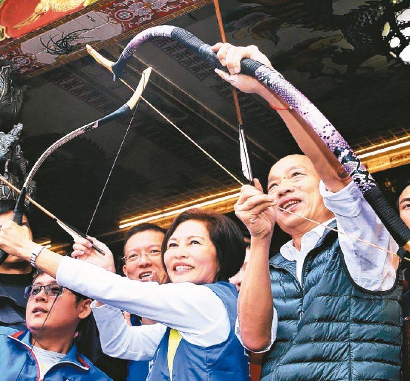 為求突破選情,國民黨祭出反攻三步驟,按部就班調體質。圖為國民黨總統參選人韓國瑜(右)昨與立委參選人汪志冰(左)到天母三玉宮參拜。 記者林伯東/攝影
