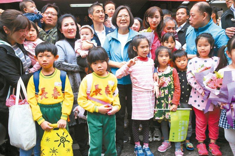 蔡英文(中)總統上午陪民進黨立委參選人吳怡農、許淑華在南京市場拜票,宣導幼兒國家一起養政策。 記者林俊良/攝影