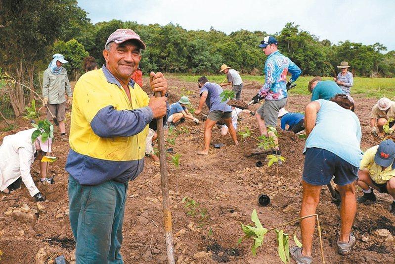 澳洲甘蔗田農人帕里西(左一)因保護大堡礁河域受肯定獲得Reef Champion獎項。 圖/取自臉書帳號ReefAllianceAU