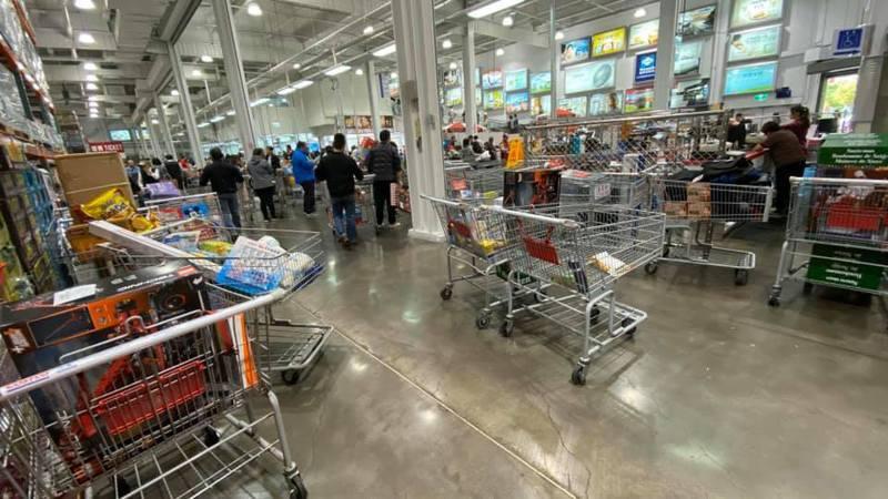 網友發現結帳區旁邊有許多堆滿退貨商品的購物車。 圖/Costco好市多 商品經驗老實說