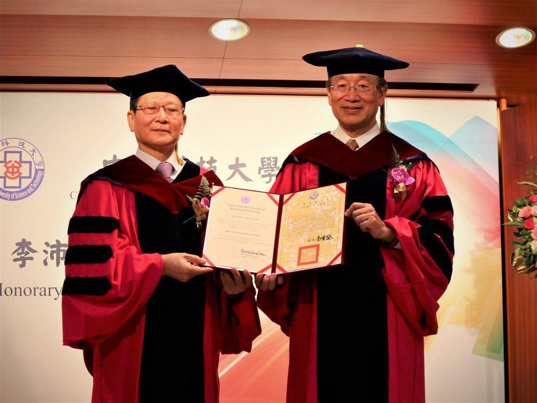 中臺科大李隆盛校長(右)頒授李沛霖博士(左)學位證書。 中臺科大/提供。