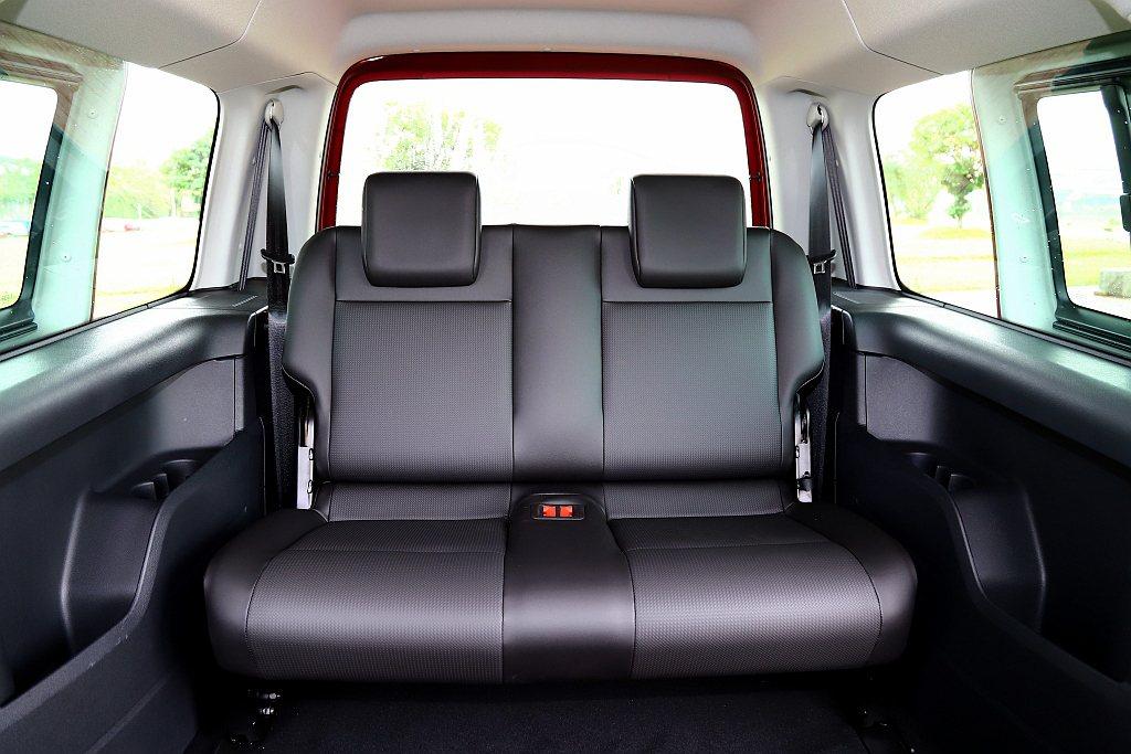 福斯商旅Caddy Maxi的第三排乘坐與頭部空間相當出色,容納兩位大人都不是問...