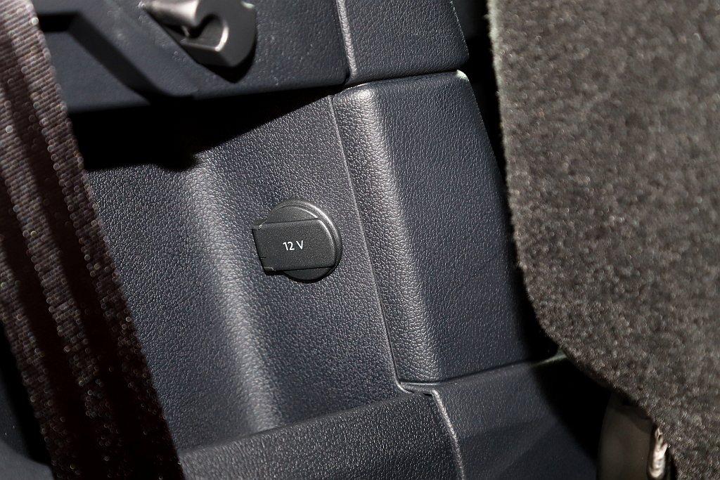 第三排座椅後方還提供一個12V插孔。 記者張振群/攝影