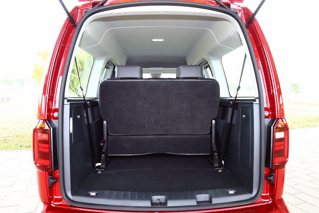 福斯商旅Caddy Maxi滿座下擁有530L後行李箱容量表現,將第三排座椅拆除...