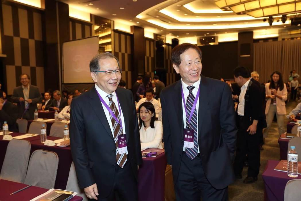 台積電董事長劉德音(右)與聯發科執行長蔡力行(左)於2019年TSIA論壇會場。...