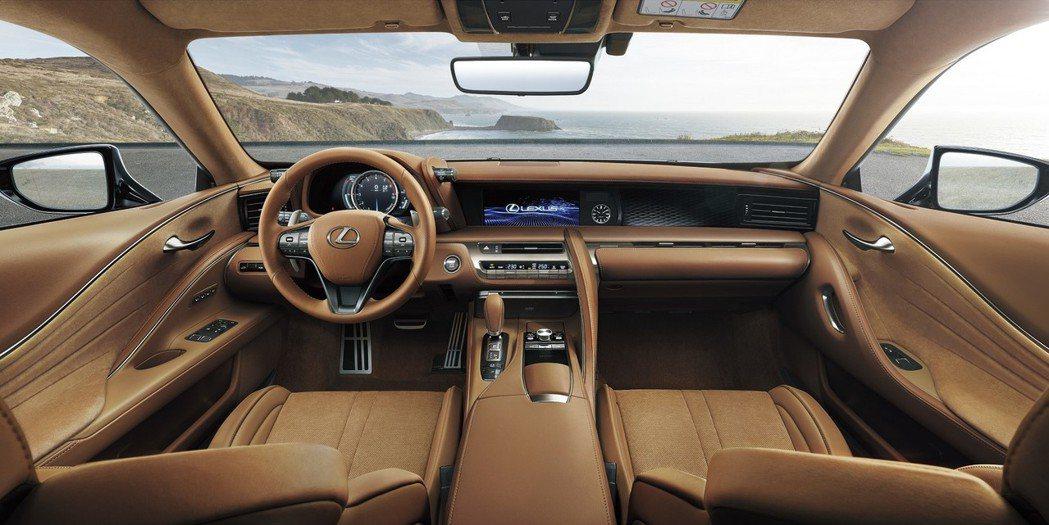 古銅棕內裝在前座椅搭載以精選皮革所打造的L-Aniline頂級真皮座椅,以細膩質...