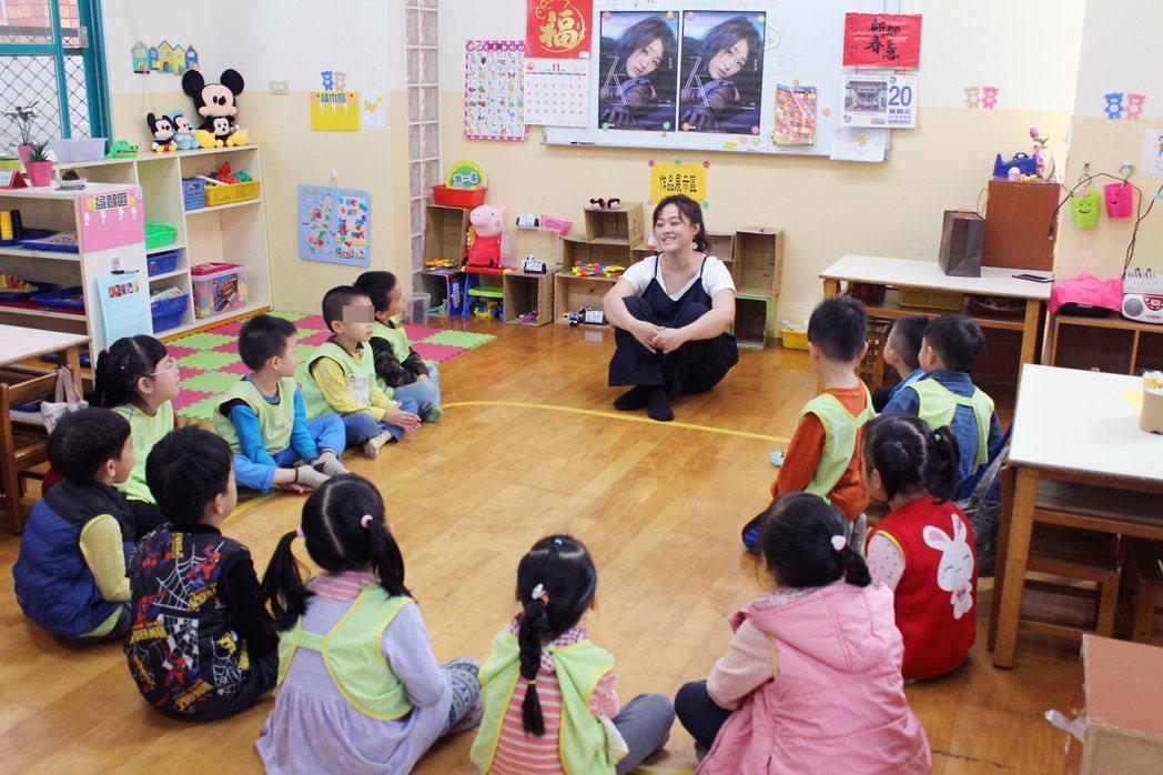許莉潔(中)前進幼稚園宣傳,被小孩叫「阿姨」。圖/喜歡提供