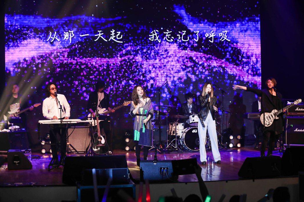 F.I.R.跟閻奕格(左二)首度合作獻唱。圖/華研提供