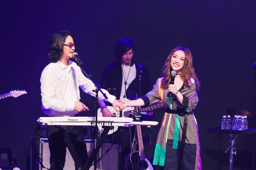 閻奕格(右)和陳建寧。圖/華研提供