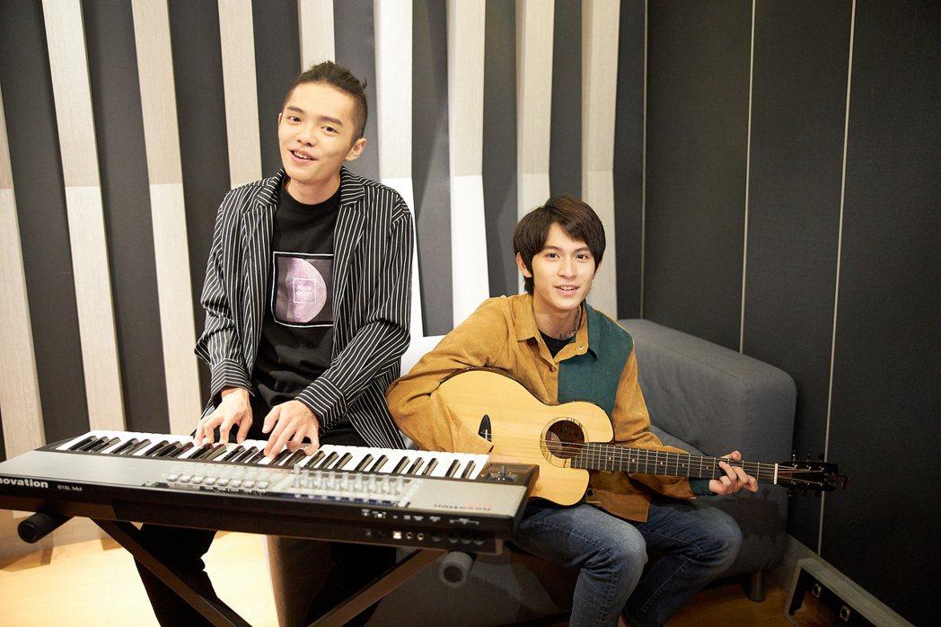 林暉閔(右)跟新人曾柏鈞拍攝「平行時空」招募宣傳影片。圖/Kre8音樂實驗室提供