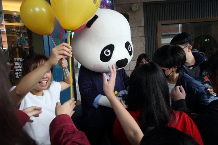 吉祥物「熊爸」在現場發放氣球、資料夾等紀念禮品。記者/陳睿中攝