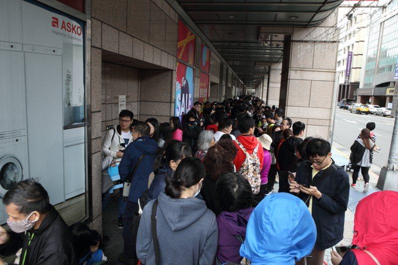 為了領取限量300張的號碼牌,京華城門口在開店前累積了長長的排隊人龍。記者/陳睿中攝