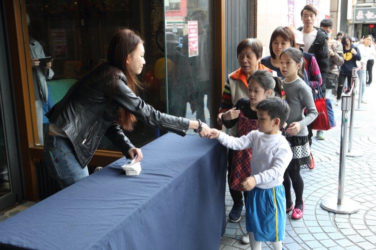 京華城提供300張限量抽獎券,將抽出1,000~10,000元的購物禮券。記者/...