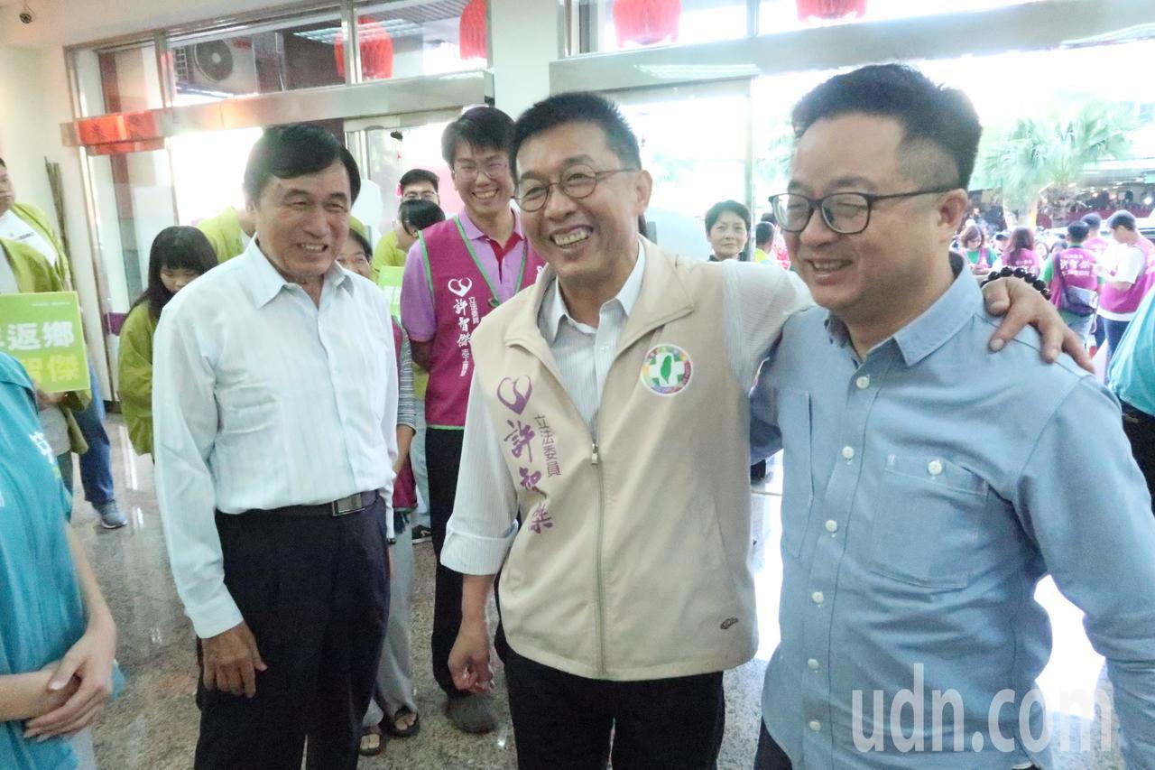 民進黨祕書長羅文嘉(右一)為立委參選人許智傑(中)助選。記者徐如宜/攝影