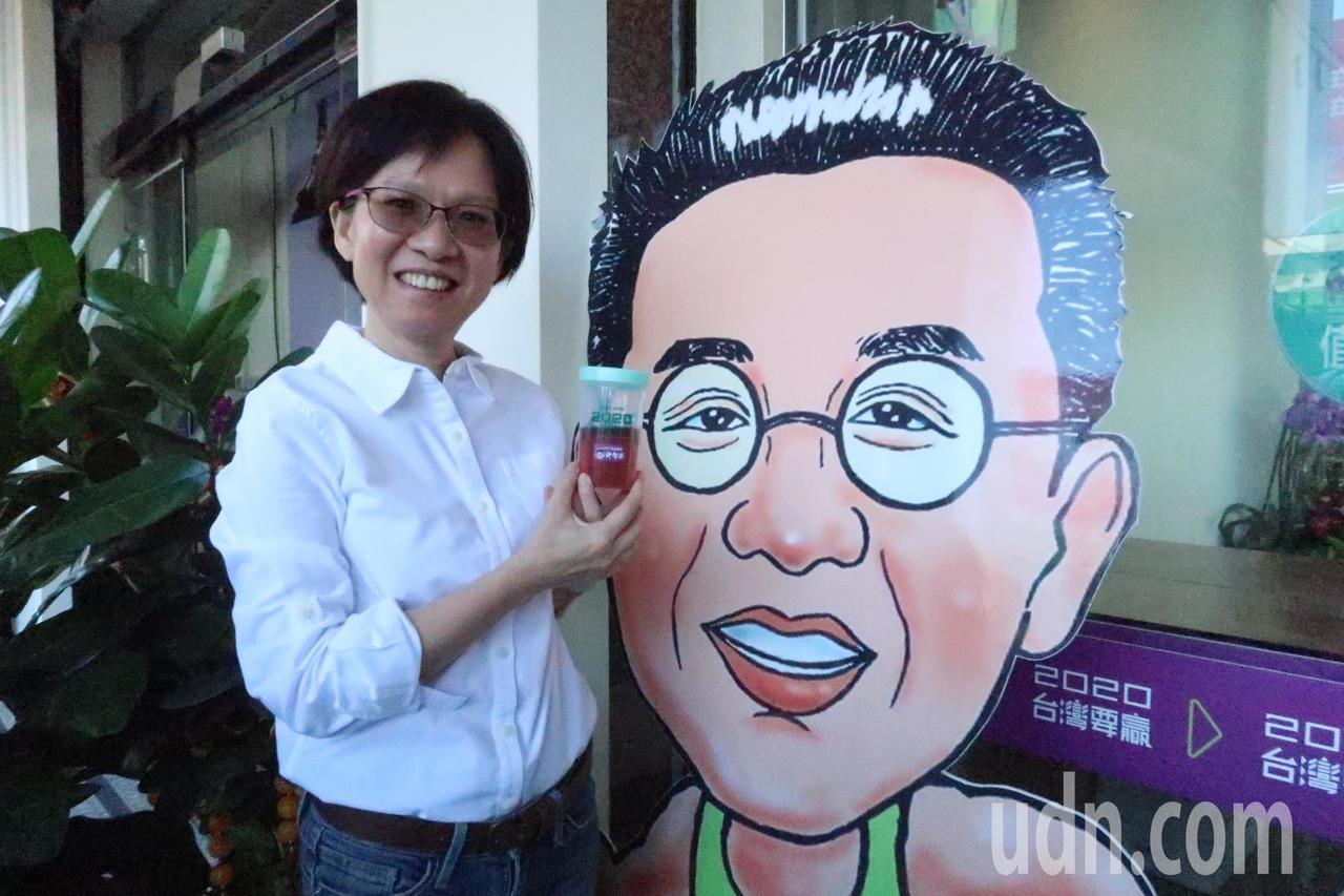 立委參選人許智傑妻子為選民奉上蔓越莓飲料。記者徐如宜/攝影