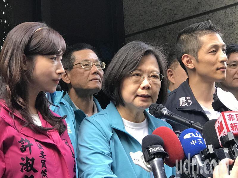 蔡英文上午陪同立委參選人吳怡農、許淑華在北市南京市場掃街。記者楊正海/攝影