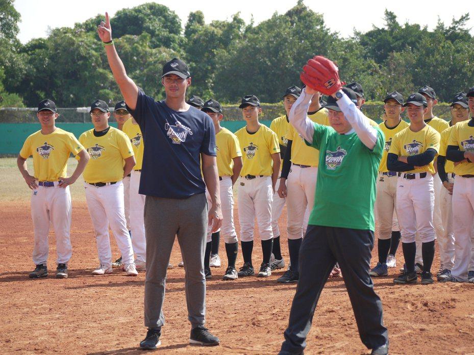 陳偉殷(前排左)擔任指導員,由台南市長黃偉哲(前排右)開球。記者吳敏欣/攝影