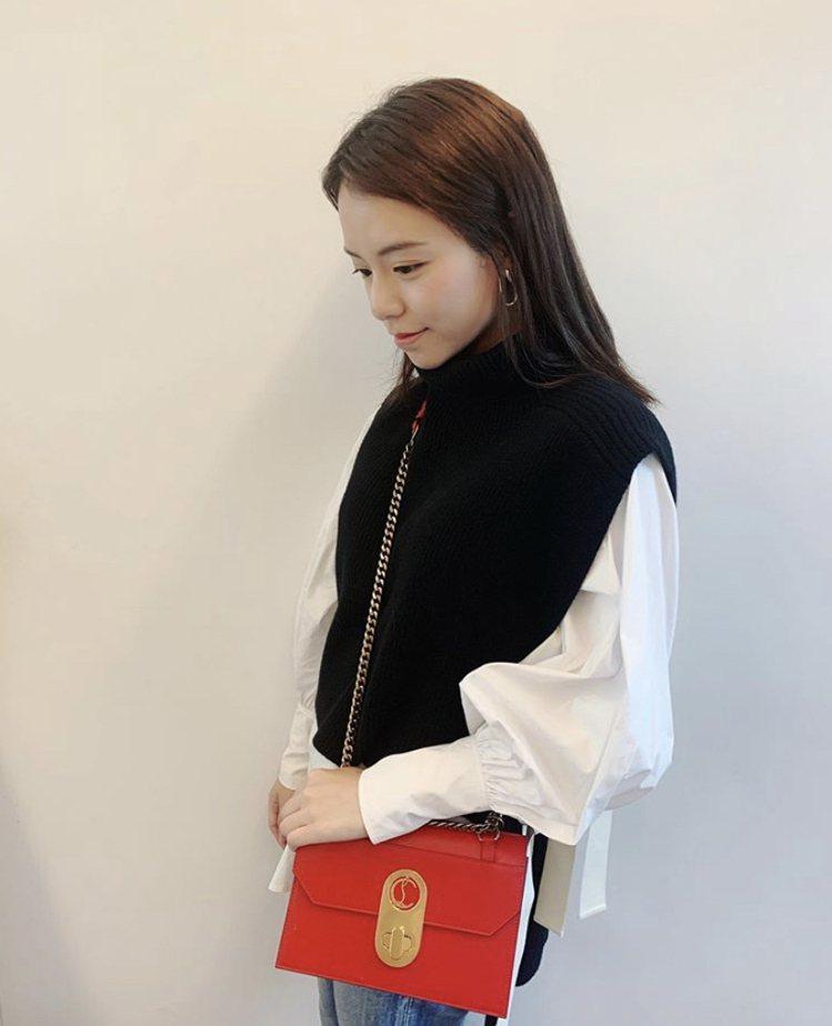 宋芸樺俐落搭襯Elisa紅色小牛皮小型手袋72,500元。圖/取自IG