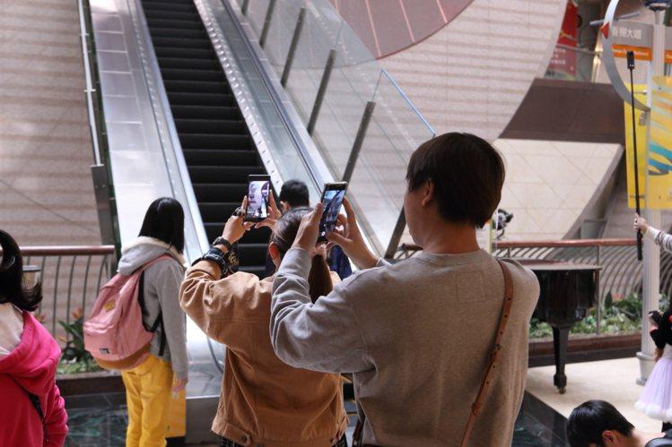 京華城最後一天營業,許多民眾紛紛拿出手機拍照留念。記者陳睿中/攝影