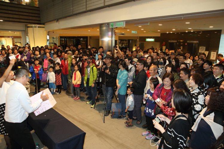 京華城舉行抽獎活動,贈出1,000~10,000元不等的禮券。記者陳睿中/攝影